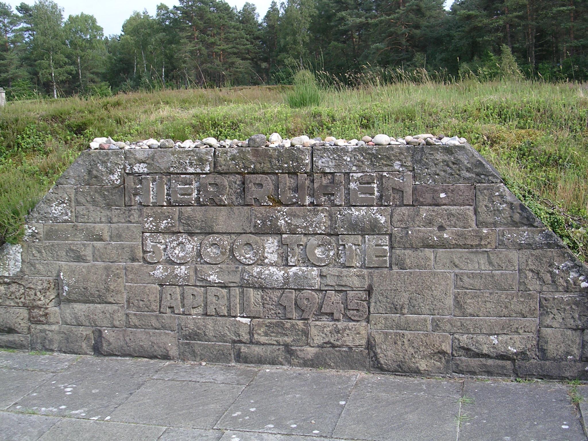 Túmulos no campo de concentración de Bergen-Belsen (Alemaña)