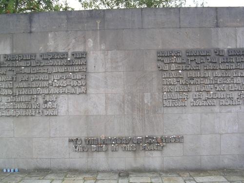 """""""Á memoria de todos aqueles que morreron neste lugar"""" Bergen-Belsen (Alemaña)"""