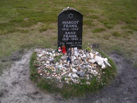 Lápida de Margot e Anne Frank no campo de concentración de Bergen-Belsen (Alemaña)