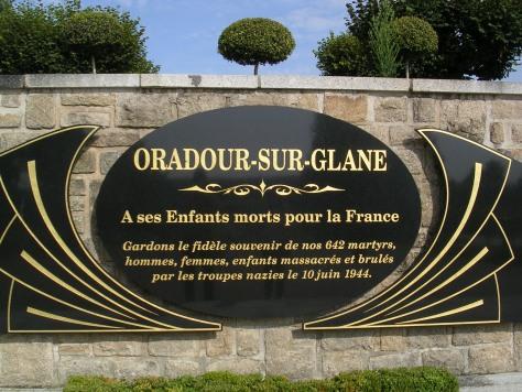 Placa de recordo ás mártires da matanza do 10 de xuño de 1944 en Oradour Sur Glane