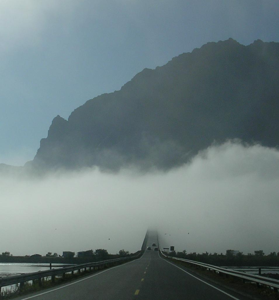 Ponte na néboa (Lofoten, Noruega)