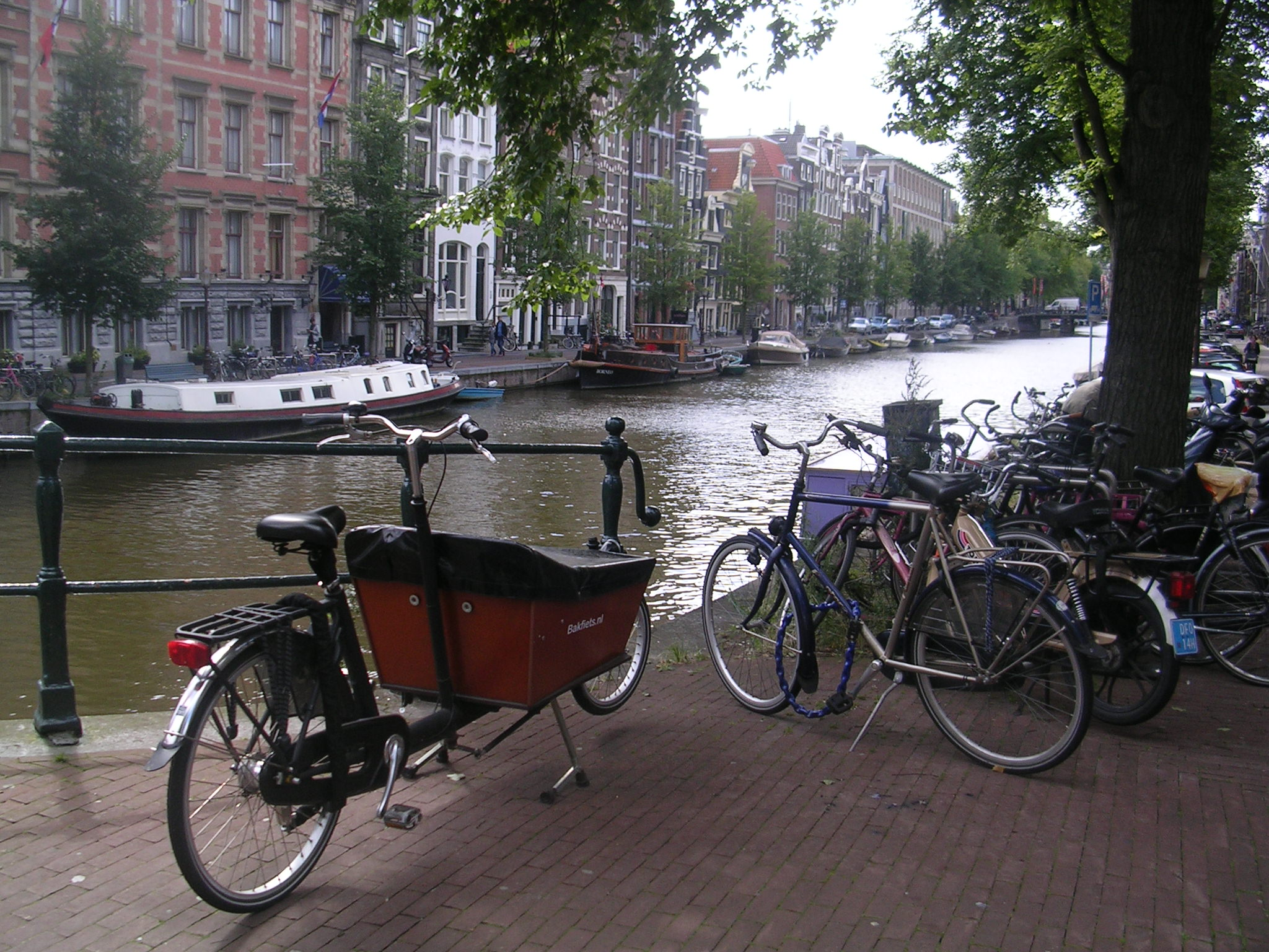 Un dos numerosísimos canais de Amsterdam