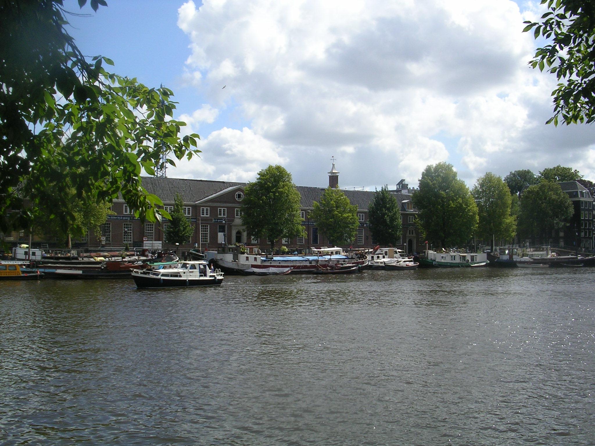 Moitos barcos que están á beira do canal son usados como vivenda