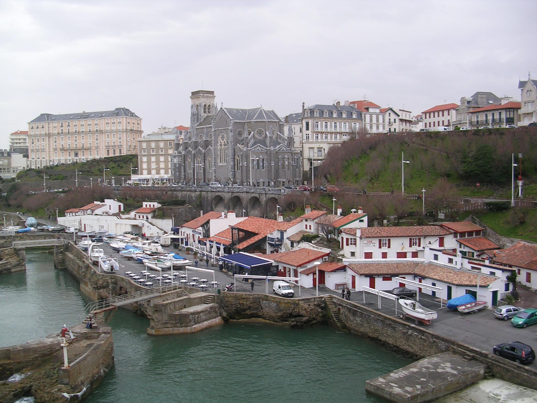 Antigo porto e iglesia de Sainte Eugénie