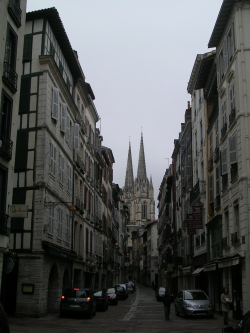 Catedral de Baiona desde las calles del casco viejo