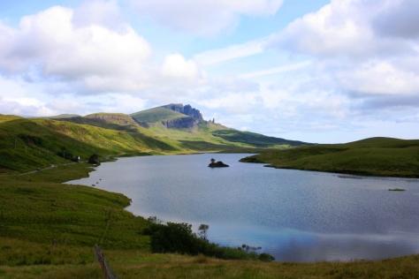 El Storr, en la Isla de Skye, con Loch Fada en primer plano