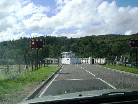Ponte xirando para deixar pasar un barco polo Canle de Caledonia