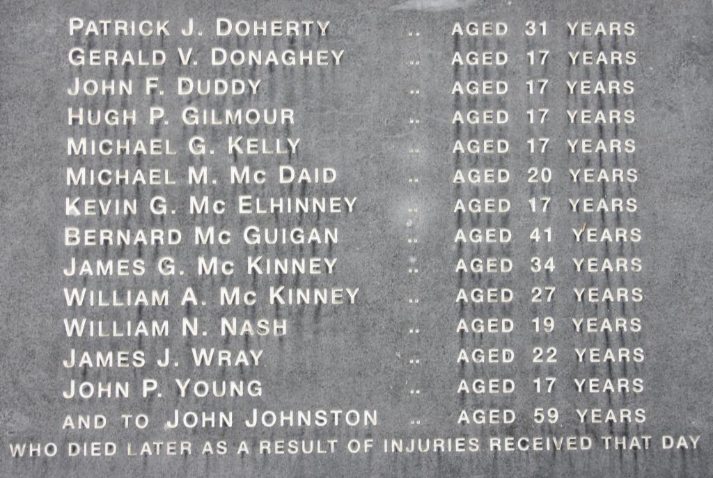 Nombres de los 14 fallecidos en el monumento de recuerdo a las víctimas del Domingo Sangriento de Derry
