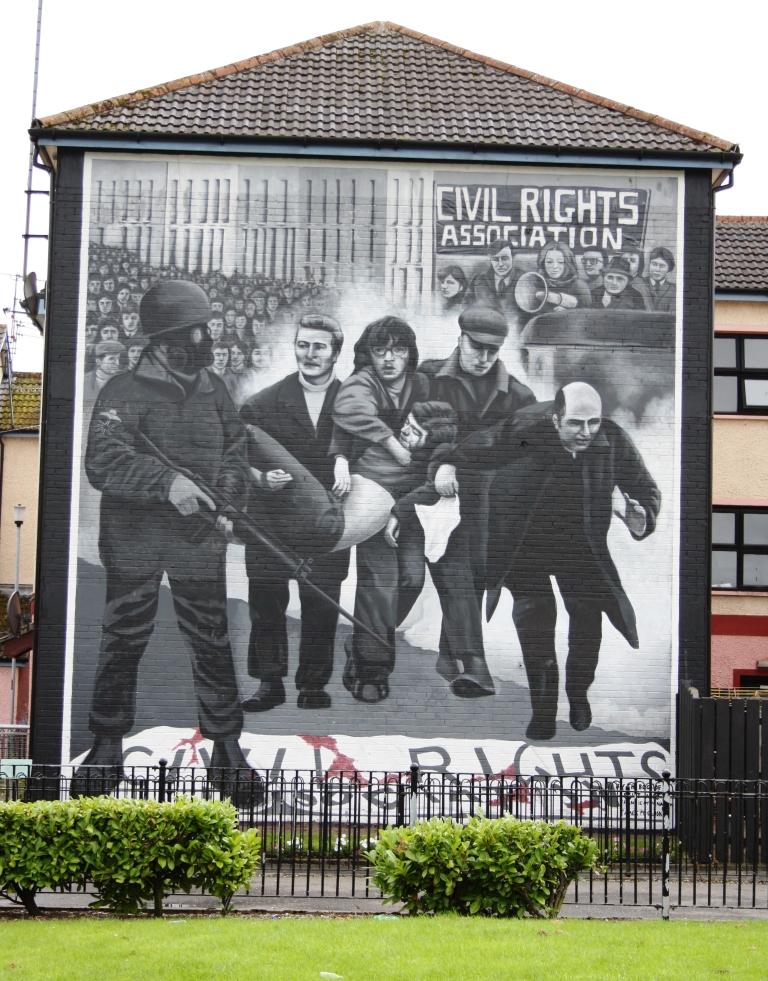 Mural alusivo al Domingo Sangriento de Derry