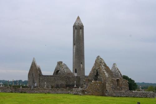 Torre circular y ruinas del Monasterio de Kilmacduagh