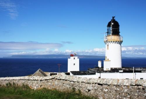 Faro en Dunnet Head e ó fondo, as Illas Orcadas
