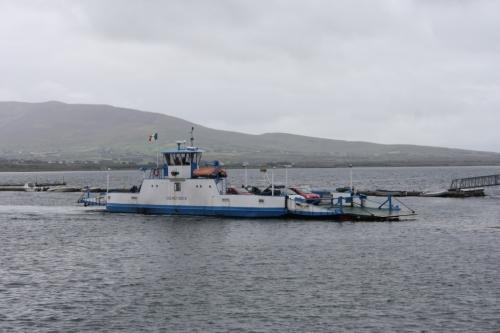 Ferry que une a Península de Iveragh coa Illa de Valentia. Tamén se pode acceder á illa por unha ponte