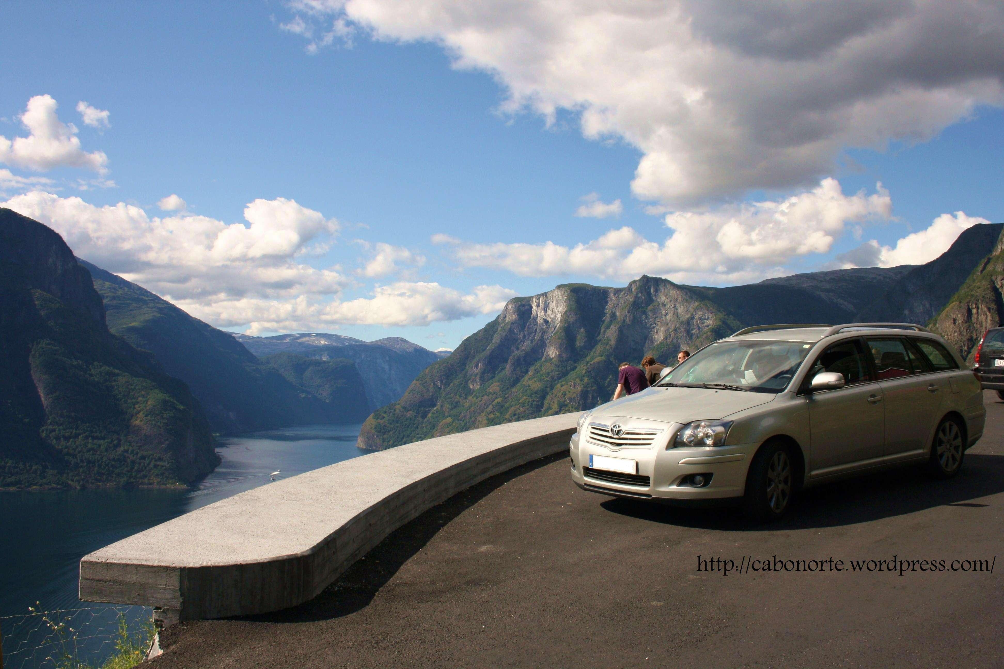 Meu coche, xunto ó Fiordo dos Soños. Noruega