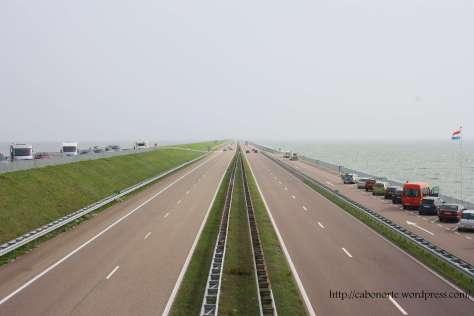 Autopista sobre el dique Afsluitdijk. Holanda