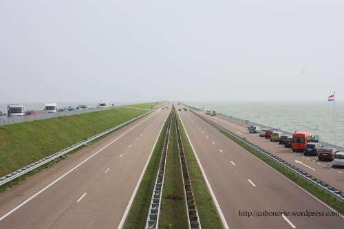 Autoestrada sobre o dique Afsluitdijk. Holanda