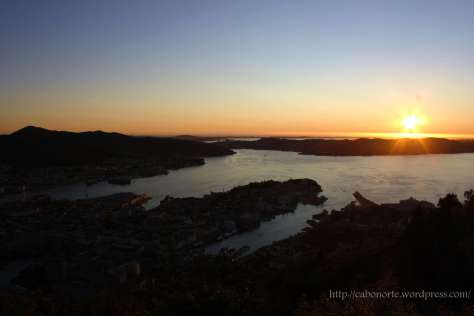 Solpor dende o Monte Fløyen en Bergen. Noruega