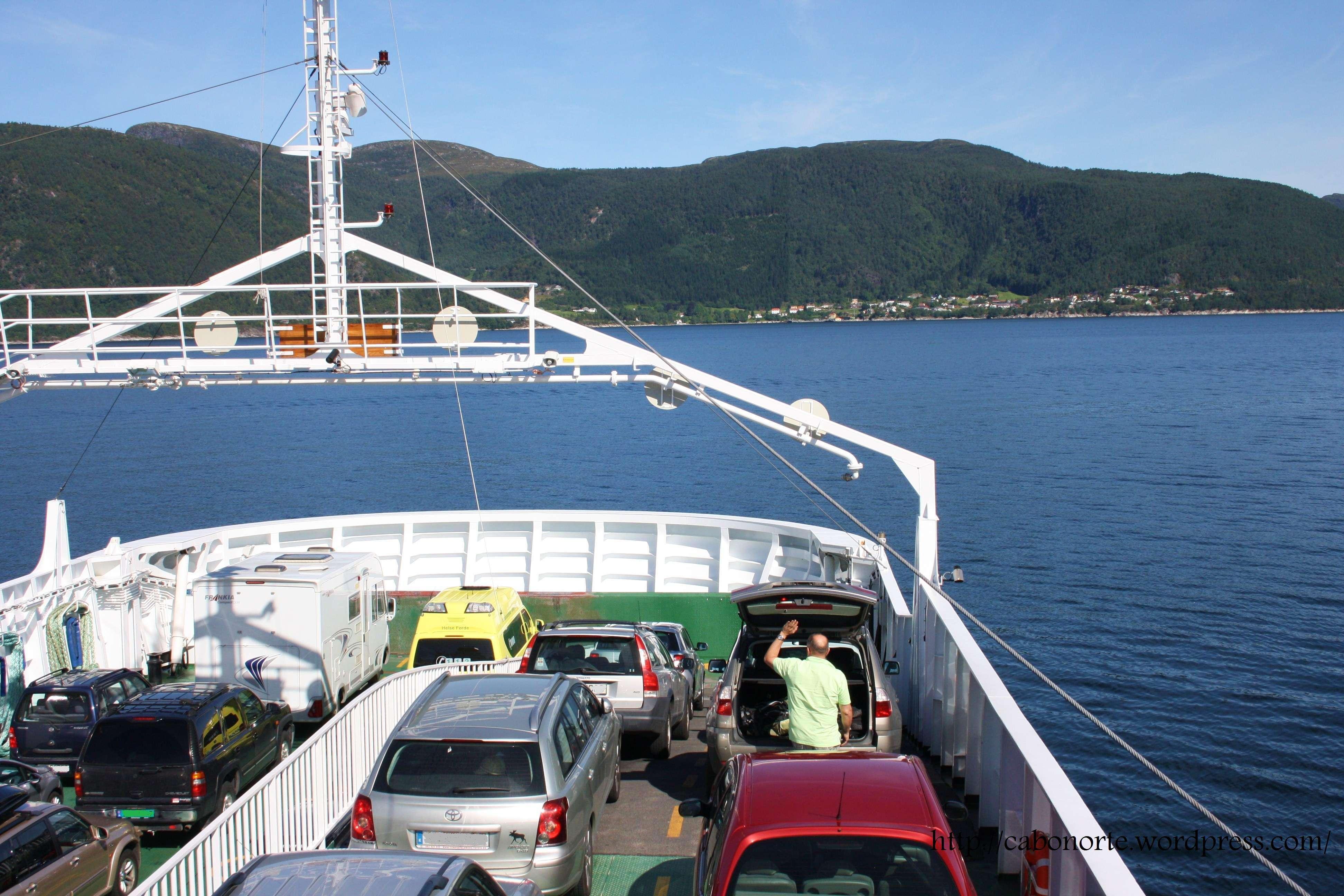 Cruzando en ferry o Fiordo dos Soños. Noruega