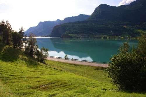 Vista dende a cabaña do camping Holmevik. Noruega