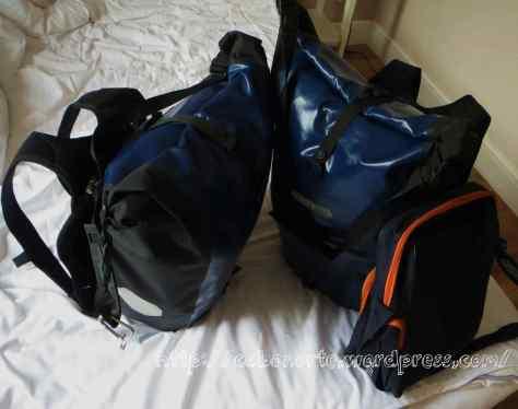 Alforjas/mochilas con todo nuestro equipaje para hacer el interrail