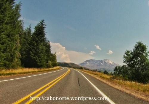 De camiño ao Monte Santa Helena, co volcán ao fondo