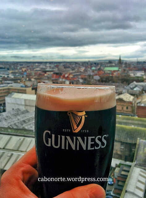 Tomando unha Guinness no Gravity Bar da Guinness Storehouse de Dublín