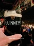 Tomando unha Guinness nun pub escoitando música en directo