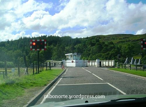 Abrindo a esclusa dun canal en Escocia