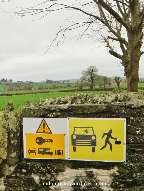 Sinal que nos avisa de posibles roubos nun aparcamento en Irlanda